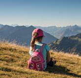Petite fille en randonnée dans le Chablais