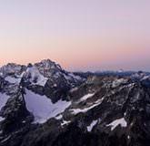 Vue de montagne au soleil couchant